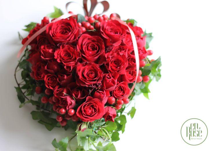 Aranjament floral cu trandafiri rosii inima enRose