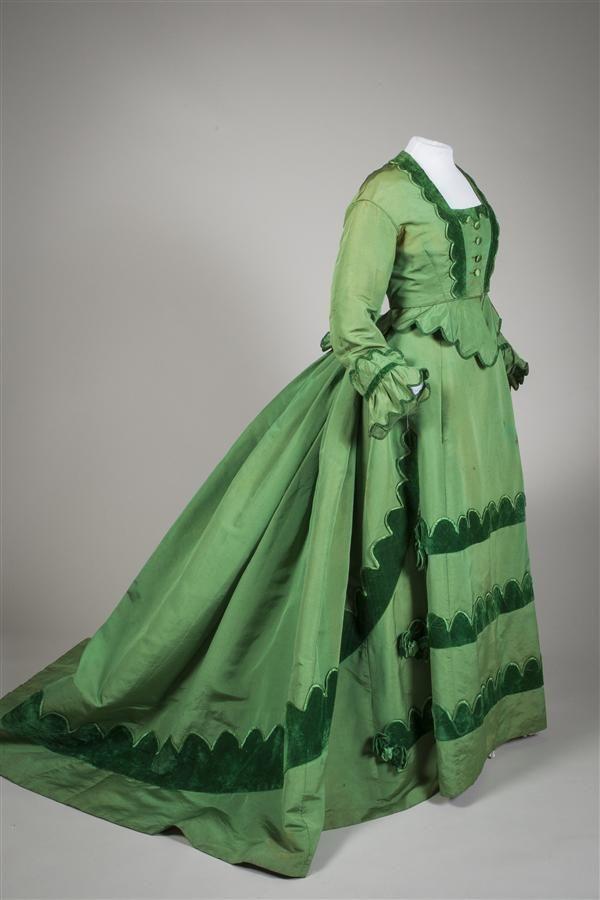 Japon, tweedelig, van felgroene ripszijde gegarneerd met geschulpte stroken van groen fluweel, afgezet met de idem zijde, bestaande uit lijfje en rok