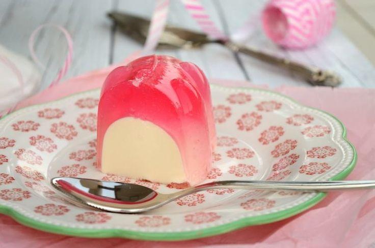 Ελαφριά και φρουτένια αυτή η γεμιστή τούρτα ζελέ εντυπωσιάζει αμέσως.  Δροσερή, ιδανική για το καλοκαίρι, μπορούμε να την κάνουμε στη γεύση του  αγαπημένου μας φρούτου και να το προσθέσουμε σε κομματάκια αν θέλουμε.      ΜΕΡΙΔΕΣ: 12 ΚΟΜΜΑΤΙΑ ΧΡΟΝΟΣ ΠΡΟΕΤΟΙΜΑΣΙΑΣ: 30 ΛΕΠΤΑ ΧΡΟΝΟΣ ΨΥ