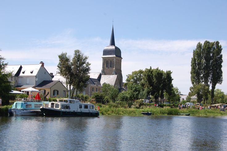 L'église Notre Dame à Brissarthe avec son clocher en bec d'hirondelle, depuis la Sarthe.