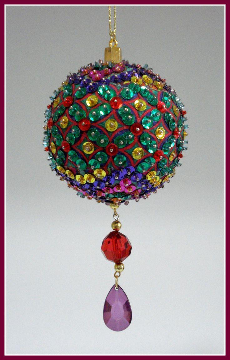 Pingente natalino confeccionado com bola de isopor e alfinetes, adornado com lantejoulas, pedrarias, cristais, vidrilhos e miçangas.