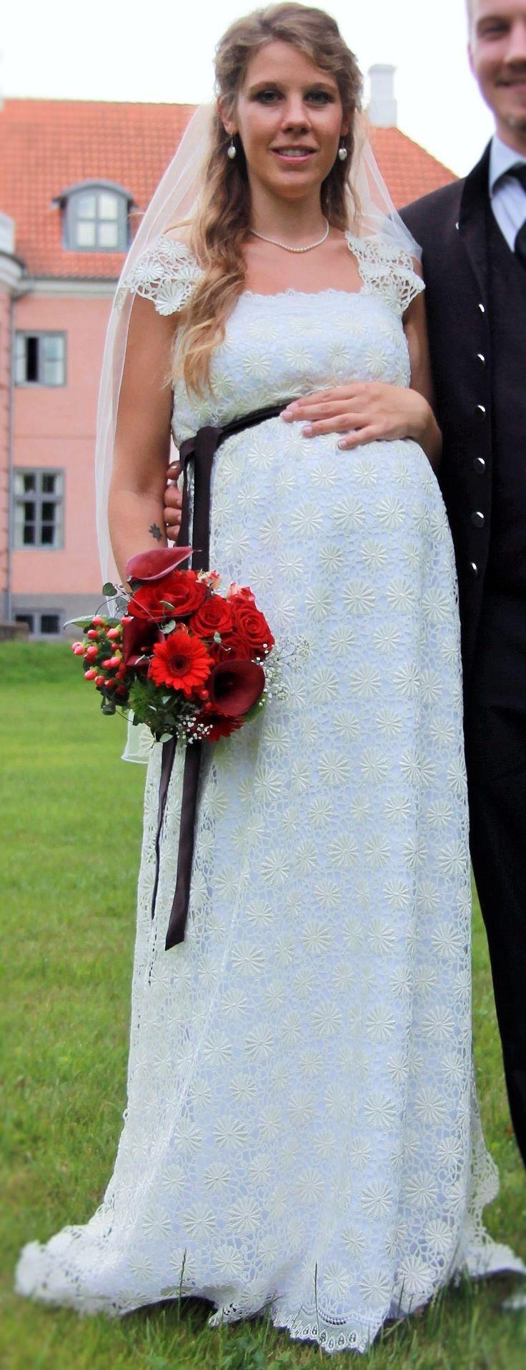 Min brudekjole, syet i samarbejde med og under kyndig vejledning af min mor :)