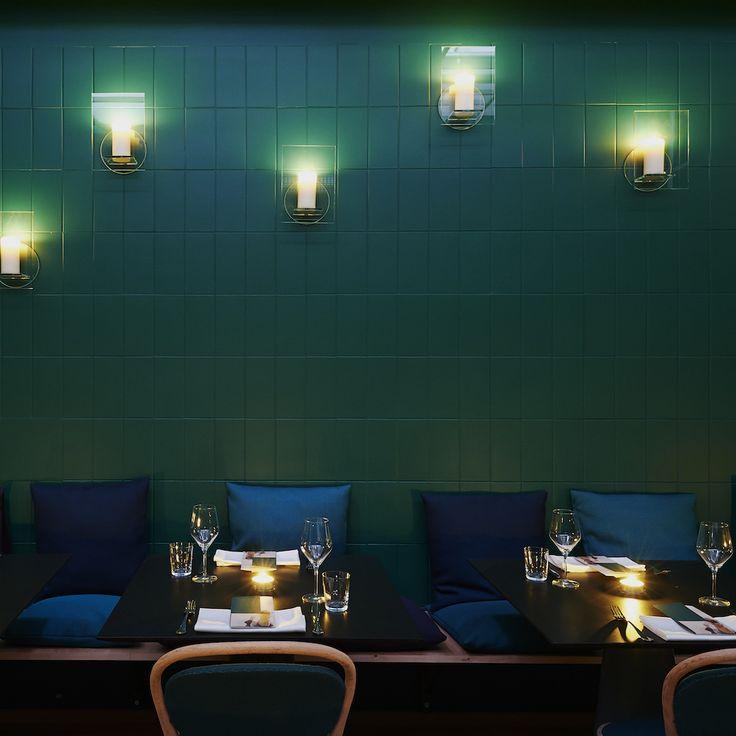Grün geflieste Wand und Kerzenlicht im orientalisch vegetarischen Kismet Restaurant und der Kasbah Bar in München