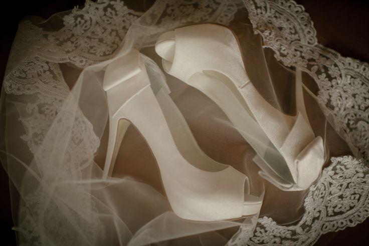 Sapatos da noiva   Wedding shoes   Bride's shoes   Bride   Noiva   Inesquecível casamento   Sapato branco   Sapato clássico   White shoes   Salto da noiva