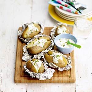Recept voor heerlijke gepofte aardappelen - Deze camping recepten pin repinnen we om jou te inspireren voor je vakantie!