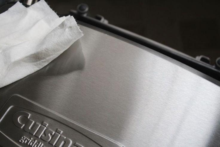 Para fazer com que metais em geral brilhem como novo, basta esfregar a peça com o óleo de coco e um pano macio. Deixe agir por um minuto, e passe um pano limpo para dar lustrar.