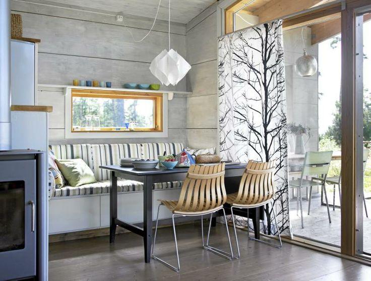 Her kan man velge etter v�rforholdene om man vil spise inne elle rute. P� hver side av vinduene er det laget sittebenk og bord i forlengelse av hverandre. Under sittebenken er det skuffer for oppbevaring. Glugger i den massive veggen rammer inn glimt av det gr�nne.