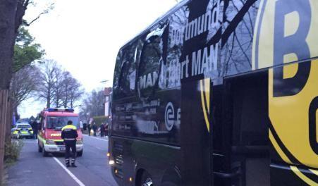 Spuren der Explosionen: Der Bus von Borussia Dortmund mit einer beschädigten Scheibe. Kurz nach der Abfahrt der Mannschaft von Dortmund vom Hotel zum Stadion sind in der Nähe des Mannschaftsbusses drei Sprengsätze explodiert.