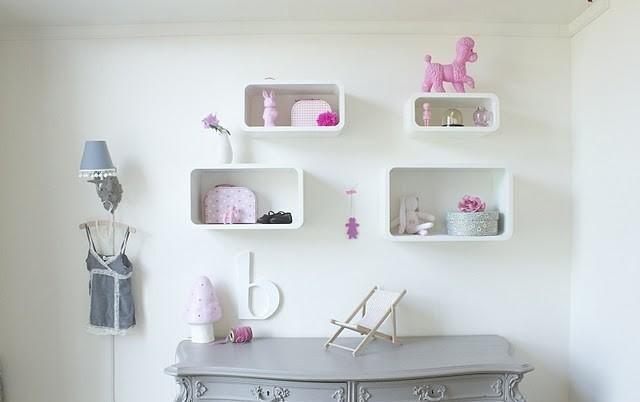 Meisjeskamer mooi gestyled in wit roze en grijs