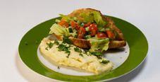 Французский омлет и круассан с овощным тартаром