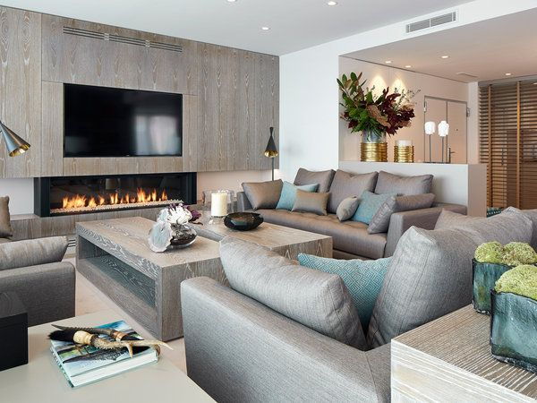 Zona de estar con sillones y muebles a medida