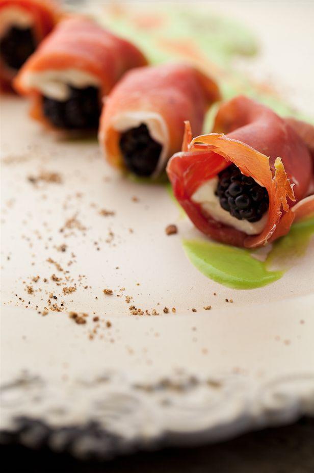 Rollitos de jamón serrano, moras y queso crema con salsa de arvejas - Revista Platos y Copas