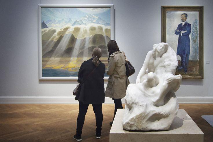 Interior da Galeria Thiel, em Estocolmo, Suécia. A obra que está sendo observada é Sol sobre as serras do sul, de Jens Ferdinand Willumsen.  Fotografia: Maria Fällström.