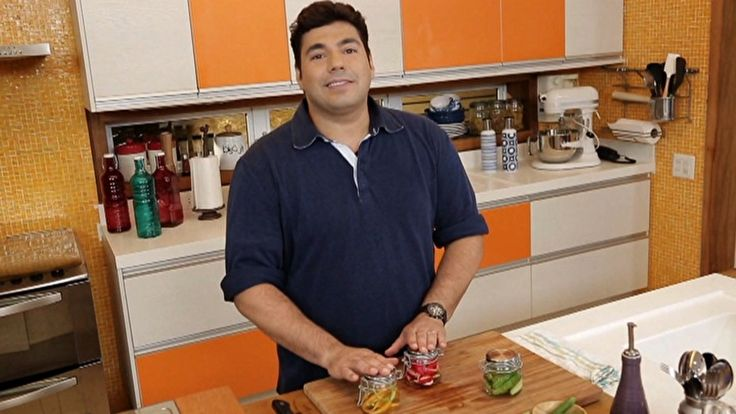 O chef Felipe Bronze vai ensinar como fazer picles, cenoura e rabanete em conserva de forma simples e rápida.