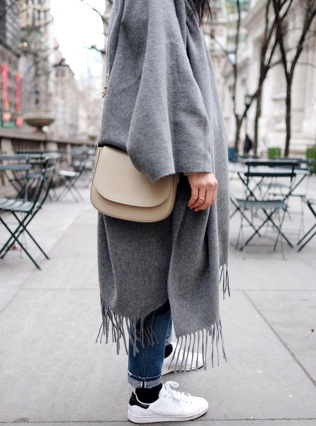 Porté avec une paire de baskets blanches, le maxi poncho gris devient plus urbain que folk (photo Andy Heart)