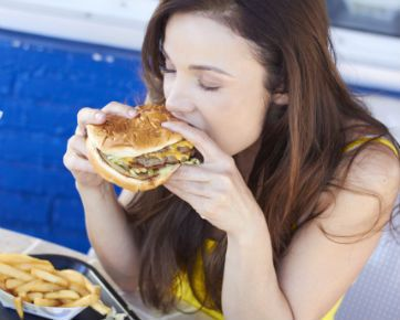 Terlalu Sering Makan di Luar Rumah Berisiko Tinggi Hipertensi,- Jika memungkinkan, lebih baik biasakan diri untuk makan masakan di rumah dibandingkan makan di restoran ya. Menurut sebuah studi, kebiasaan makan di luar rumah dapat meningkatkan risiko tekanan darah tinggi.