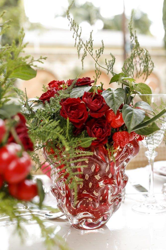 Para florir a nossa mesa de Natal, rosas, celósias, pimentas, tuias, aspargos milindro, alpíneas, calandivas e azevinhos, foram dispostos por Marcinho Leme, daMilplantas, emMuranos dePaula Bassini.Priorizamos os tons de vermelhoe transparentes, ambos comtrabalhosem ouro, trazendo o dourado para a mesa.