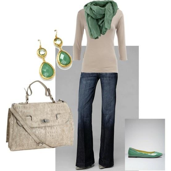 dunkle Bootcut-Jeans ohne Waschung, taupe/greige V-Pulli, Schuhe, Schal, Ohrringe in smaragdgrün, Handtasche wie Pulli