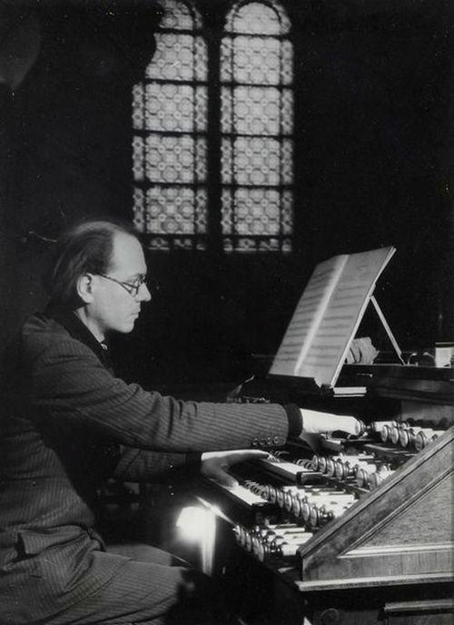 Brassaï - Olivier Messiaen à l'église de la Trinité, Paris, 1954