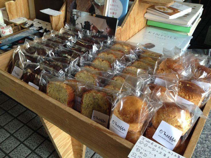 茨城県日立市にあるオキーフさんのスコーンやパウンドケーキなどのお菓子もあります。<取扱 SUNNY BOY BOOKS>