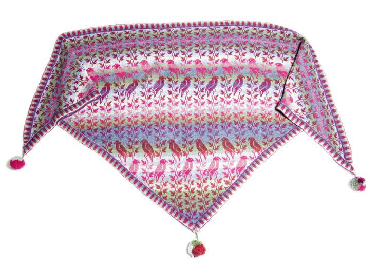 Christel Seyfarth designer håndstrikkede sjaler i unika design. Hendes farvestrålende strik er inspireret af den storslåede natur på vadehavsøen Fanø. Modellerne er inspireret af gamle kostumer, tyrkiske frakker, Østens enkle tøjsnit, rokokoens voluminøse detaljer og meget mere – med mønstre af blomster, fugle, blade, tern, og ofte med et stænk af yndlingsfarven limegrøn.