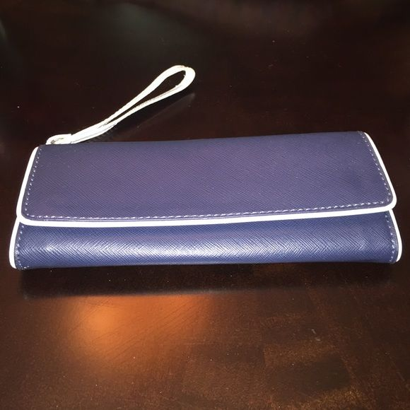⚡️Navy and White Wristlet / Clutch⚡️ Navy long Wristlet with white trim. Strap can be removed. Item can be used as a Wristlet, long wallet, or clutch.  8.5in L to R 3.5in Top to Bottom. Mango Bags Clutches & Wristlets
