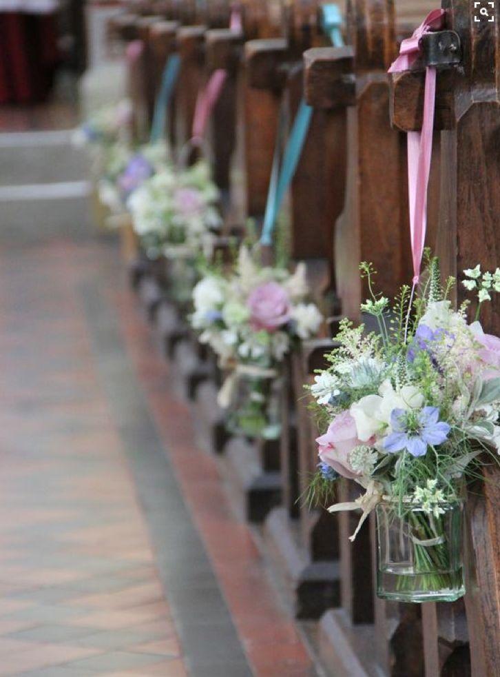 Kirchendekoration, Gangdekoration, Blumen in kleinen Vasen, rosa und blau, Hochzeit
