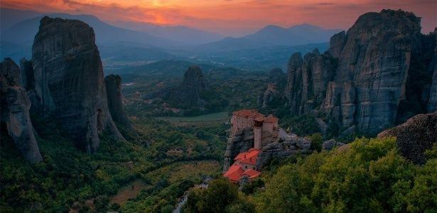 Isolados em rochedos, mosteiros gregos oferecem cenário espiritual perfeito