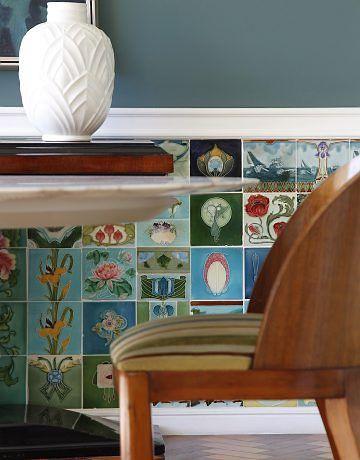 A SALA de jantar tem meia parede de azulejos art déco e art nouveau. Quadros, apliques e cadeiras vieram de Buenos Aires / Foto? Rômulo Fialdini