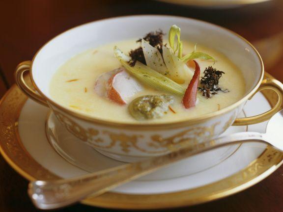 Suppe mit Hummer und Chicorée ist ein Rezept mit frischen Zutaten aus der Kategorie Hummer. Probieren Sie dieses und weitere Rezepte von EAT SMARTER!