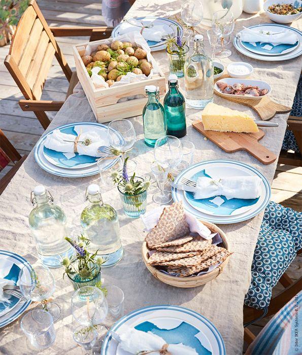 Zomers tafelen op z'n Zweeds | IKEA IKEAnl IKEAnederland decoreren decoratie tafelen eten drinken food diner lunch zomer vakantie accessoires accessoire midsommar servies bestek borden glazen wijnglazen versiering FALHOLMEN tafelset