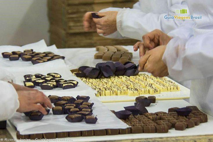 As fábricas de chocolate em Gramado e Canela vão adoçar suas férias ou feriado. Hummm > http://www.guiaviagensbrasil.com/blog/gramado-e-canela-lindo-destino-para-ir-com-as-criancas/