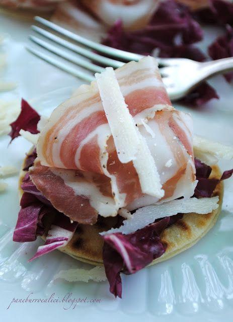 Mini-piadine con pancetta radicchio e grana