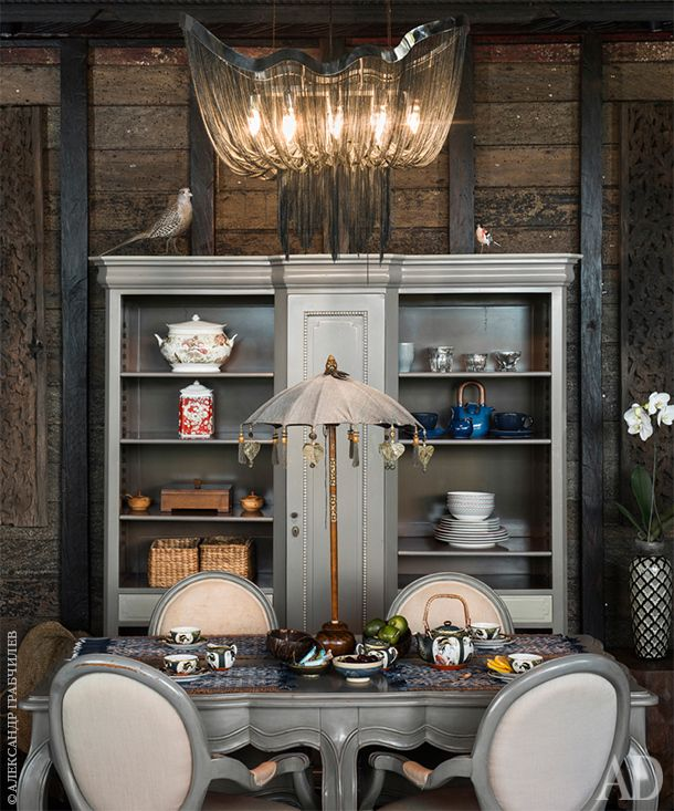 Бутик-отель на Бали. Фрагмент столовой. Обеденная группа во французском стиле Людовика XV сделана в