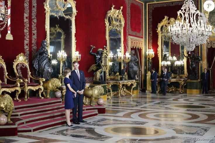 Le roi Felipe VI et la reine Letizia d'Espagne (superbe en robe Felipe Varela bleue) accueillaient près de 2 000 invités au palais d'Orient à Madrid le 12 octobre 2015 dans le cadre des célébrations de la Fête nationale espagnole.