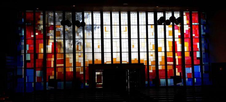 """Gouda - St. Josephkerk. Glas-in-loodpanelen  """"Een spel van licht en kleur"""" - 1999 - van 20 meter breed en 5 meter hoog, gemaakt door Yvonne Assman. Foto: G.J. Koppenaal, 16/01/17."""