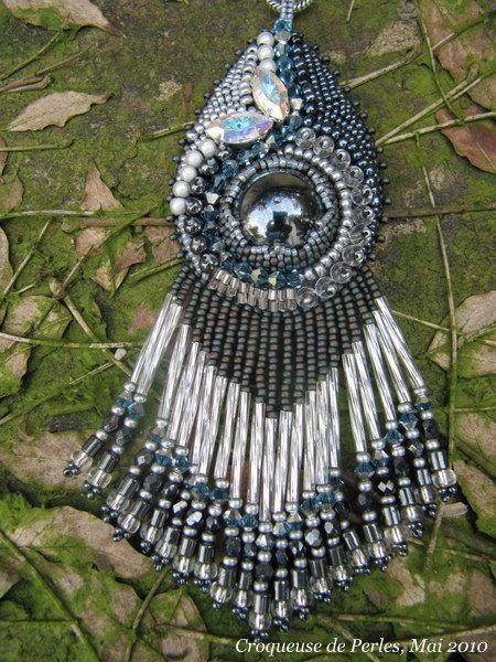 Bonsoir ! Voici quelques nouveaux colliers, enfin un collier et quelques pendentifs... que l'on pourrait porter lors d'une soirée à l'Opéra,...