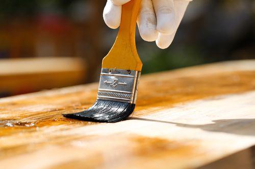 Hoe de professionals schimmel uit hout verwijderen; enkele tips.