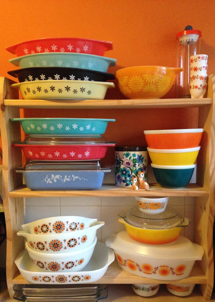 """The Pyrex """"shelfie""""... Or the kitchen display as per the end of Oct (there's been a few additions since then!!) most notably a red JAJ 704 bowl to complete the rainbow part set mid shelf RHS"""