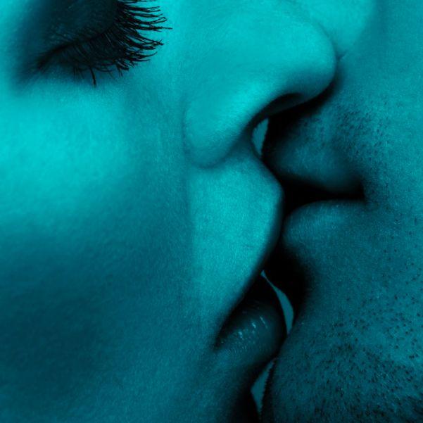 Cuando besamos, en nuestro cerebro se libera dopamina, provocando ansiedad y deseo hacia esa persona; serotonina, que genera pensamientos obsesivos acerca de él/ella y oxitocina que provoca sentimientos de unión y apego.   Besar:  •Favorece el intercambio de 500 tipos de bacterias. •Favorece el contagio de infecciones como la mononucleosis o el herpes. •Aumenta la inmunidad.  •Es un relajante natural.  •Quema calorías.  •¡Causa más felicidad a los hombres que a las mujeres!