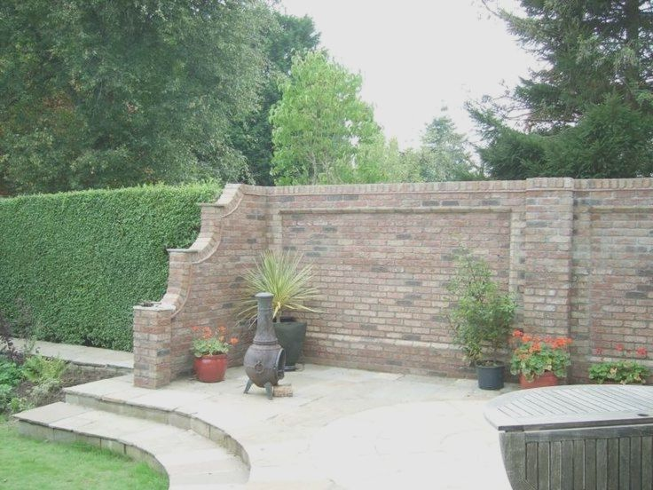 Eine Gartenmauer Im Romantischen Look Und Mit Trennwand Akzent Eine Garten Pallet Garden Walls Brick Garden Garden Wall