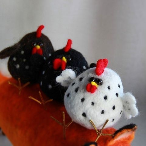 Needle felting wool rooster (Via @cho_oyu)