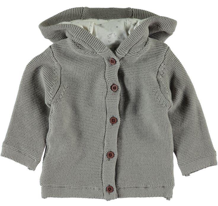Jongens cardigan NITUNNO van het merk Name-it Dit is een cardigan / jasje voor het lente / zomer seizoen. Het is een grijs kleurig vestje met een vaste capuchon en een knoop sluiting.