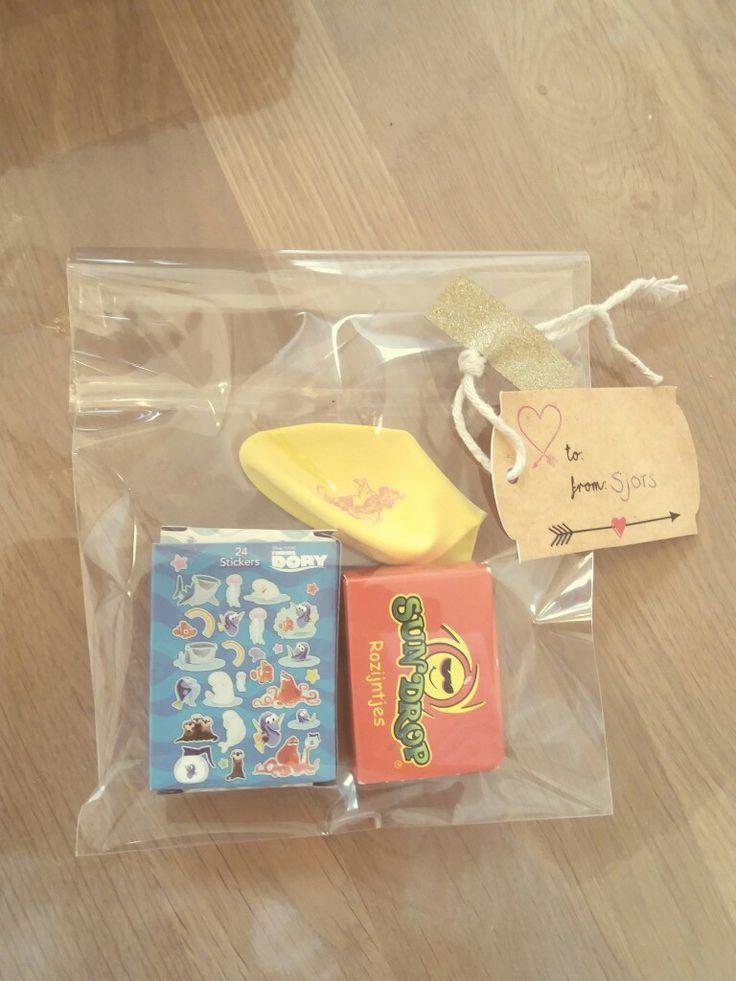Eenvoudige kindertraktatie. Enveloppezakje van de Action met daarin stickers, rozijntjes en een ballon.