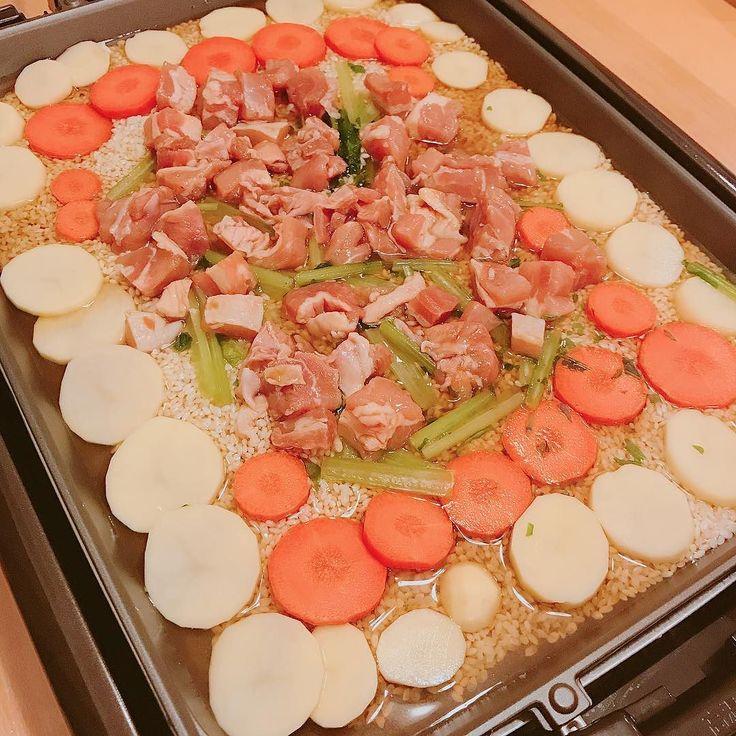 なるべく省エネルギーで美味しいものがたべたいしかも家にあるものだけでという訳でホットプレートで炊き込みご飯を作った  米2号合炊飯器で測った2合分の水大さじ3よけておく濃縮めんつゆ大さじ3適当な野菜みりん酒醤油すりおろしにんにくで下味をつけた鶏もも肉  これらを全部載せて160で様子見ながらしばらく放置したらちゃんと美味しく出来上がってた  おこげがしっかり出来てて香ばしかったこれはまた作りたいな次はパエリアだ足りなかったので3合炊きだ  #ホットプレート #ホットプレート料理 #炊き込みご飯 #時短レシピ #時短 #簡単レシピ #rice #めんつゆ #potato #chicken #晩ごはん #dinner #晚餐 #저녁밥 #diner #abendessen #cena #middag #ужин #kolacja #cooking #cuisine #cookingram #クッキングラム #inmykitchen  #homemade #デリスタグラマー#おうちごはん #料理日記 #japanesefood