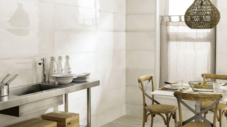 La belleza artesanal de la cerámica mayólica lleva a Venis a crear revestimientos cerámicos que recrean los acabados vitrificados de la porcelana europea renacentista