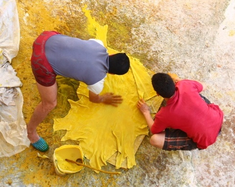 Dyeing with saffron at the tannery