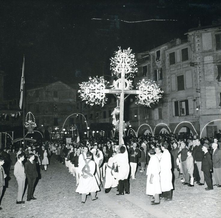 La processione per la festa di San Giorgio a Portofino / The procession in honour of St. George, the patron saint of Portofino (Photo: Publifoto Genova, 1960) #portofino #liguria #riviera #piazzetta #notte #notturno #bynight