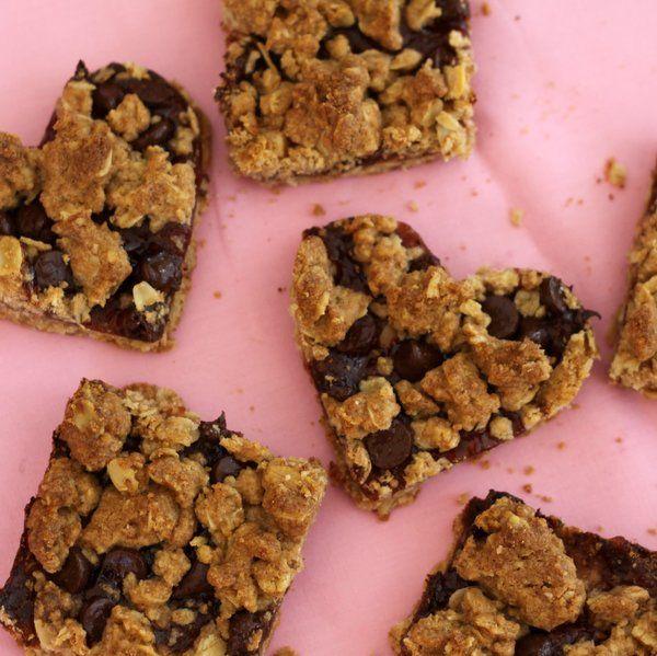 Biscoitos de aveia, chocolate e morango em formato de coração para crianças