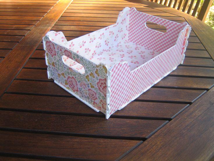 Caja de fruta forrada con papel de scrap cajas de fruta - Como decorar cajas de madera de fruta ...